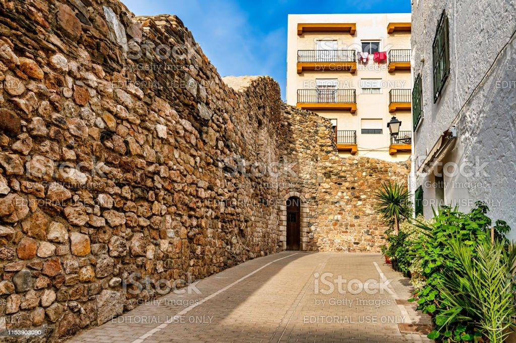アルメリアスペインの Adra の街並み歴史的な城の一部の景色を望めます ...