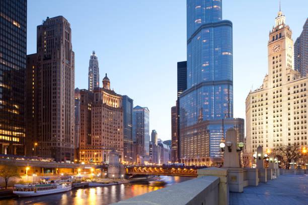 paisaje urbano de edificios alrededor del río de chicago - chicago fotografías e imágenes de stock