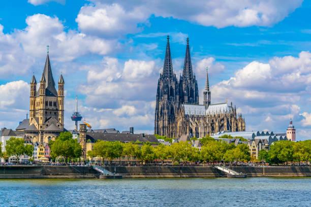 stadtbild köln mit hohenzollernbrücke, dom und st. martin kirche, deutschland - köln stock-fotos und bilder
