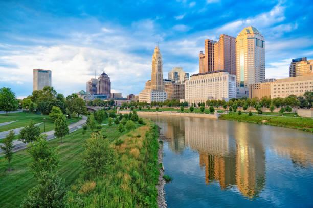 şehir manzarası columbus ve scioto nehri, ohio - columbus day stok fotoğraflar ve resimler