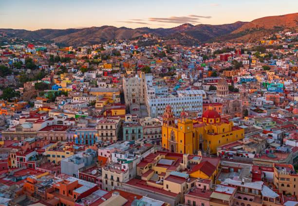 paisaje urbano de guanajuato en sunset, méxico - queretaro fotografías e imágenes de stock