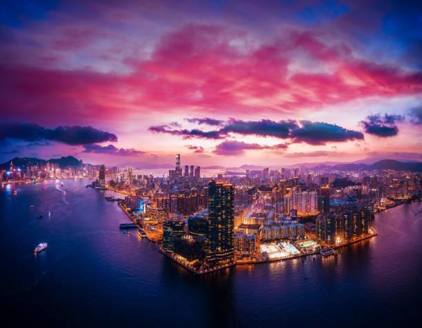 stadtbild von hong kong, china in magische stunde - kowloon stock-fotos und bilder
