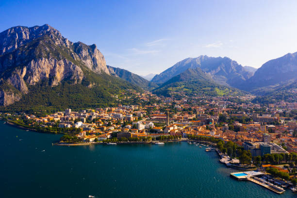 cityscape van italiaans lecco - lecco lombardije stockfoto's en -beelden