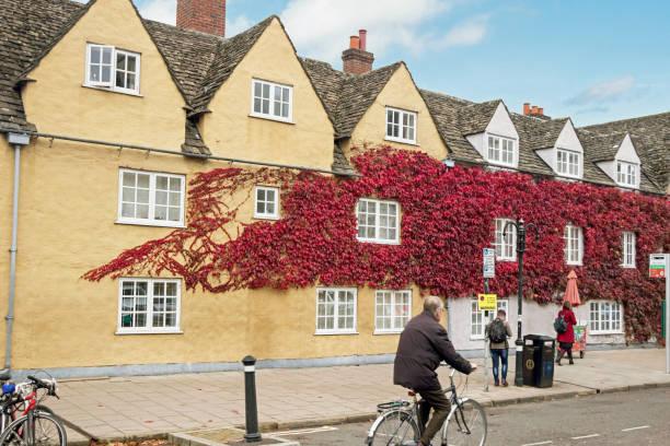 Stadtbild alter Gebäude mit blauem Himmel in Oxford Stadt – Foto