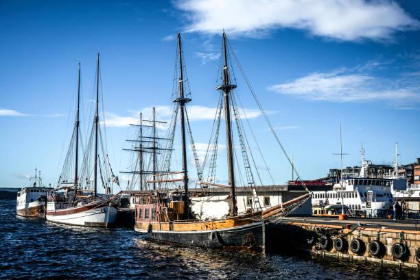 stadsgezicht van oslo aker brygge harbour, noorwegen - oslo city hall stockfoto's en -beelden