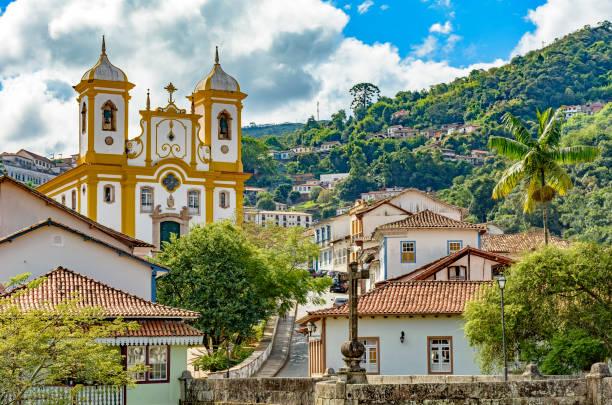 교회와 언덕이 있는 오 우로 프레 투 시티의 도시 풍경 - 남미 문화 뉴스 사진 이미지