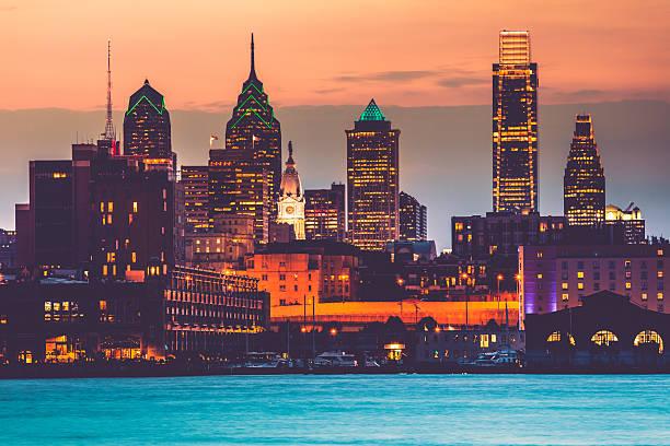 paysage urbain de philadelphie au coucher du soleil, états-unis - rivière delaware photos et images de collection