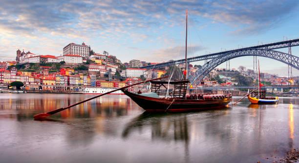 Stadtbild der Altstadt von Porto, Portugal. Tal des Douro Flusses. Panorama der berühmten portugiesischen Stadt. – Foto