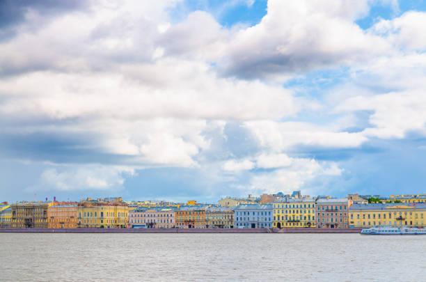 stadsgezicht van sint-petersburg (leningrad) stad met rij van oude kleurrijke gebouwen op dijkrivierkant van rivier neva in historisch stadscentrum, blauwe bewolkte hemelachtergrond, rusland - neva stockfoto's en -beelden