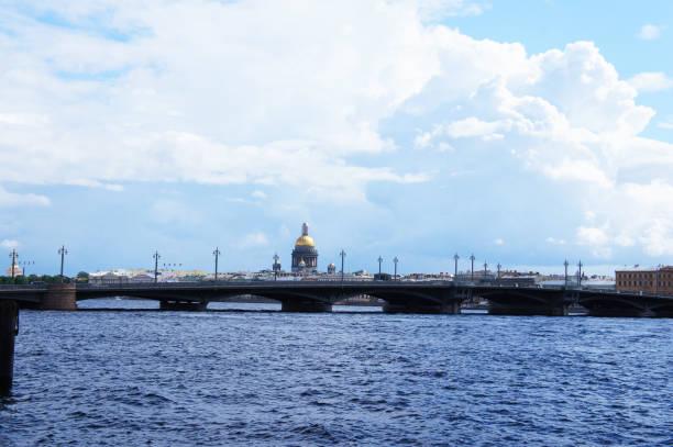 stadsgezicht van sint-petersburg, rusland uitzicht op rivier neva en blagoveshchenskiy brug - neva stockfoto's en -beelden