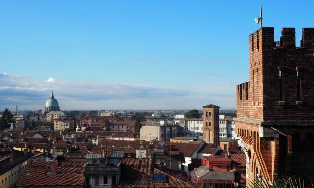 stadtbild von udine, alte hauptstadt von friaul heimat, jetzt in italien - friaul julisch venetien stock-fotos und bilder