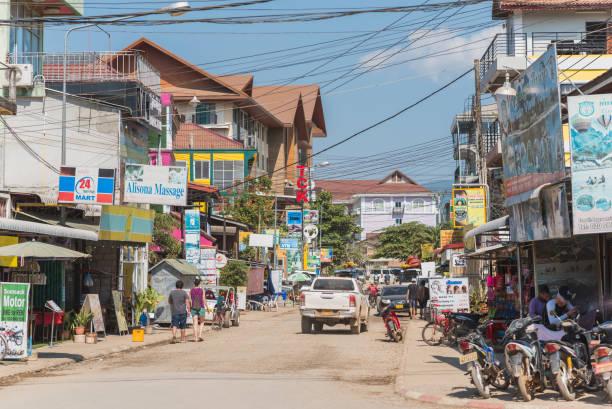stadtbild von vang vieng, laos - vang vieng stock-fotos und bilder