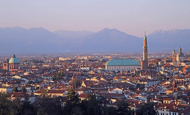 stadtansicht von vicenza, norditalien - vicenza stock-fotos und bilder