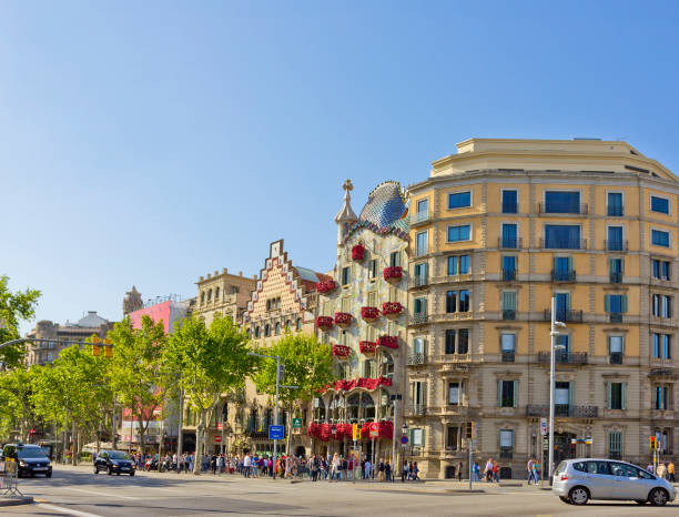 Cityscape with famous Casa Batlló decorated with roses in Barcelona, Spain Barcelona, Spain – April 25, 2018: Cityscape with famous Casa Batlló decorated with roses and crowd of sightseeing people passeig de gracia stock pictures, royalty-free photos & images
