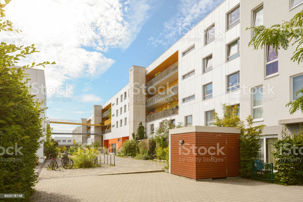 Stadtbild mit modernen Wohnblocks in einem neuen Wohngebiet – Foto