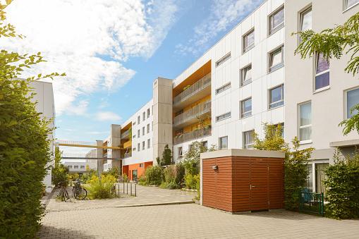 Paisaje Urbano Con Edificios De Apartamentos Modernos En Una Zona Residencial Nueva Foto de stock y más banco de imágenes de Aire libre