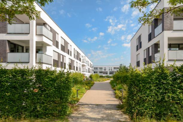 Vista da cidade com novos edifícios residenciais modernos - foto de acervo