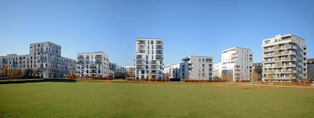 Vista da cidade com edifícios residenciais no final do outono - foto de acervo