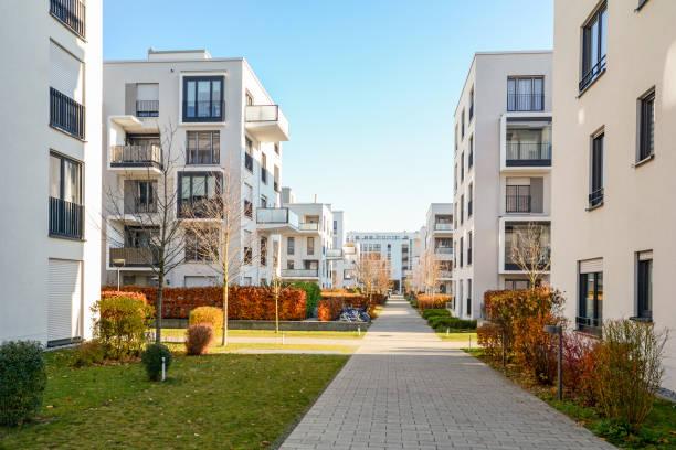 stadtbild mit wohngebäuden im spätherbst - mietshaus stock-fotos und bilder