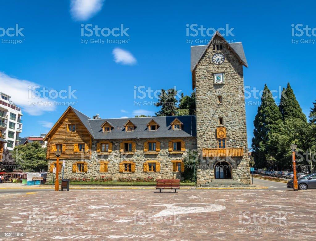Centro Cívico (Centro Cívico) y la plaza principal en el centro de la ciudad de Bariloche - San Carlos de Bariloche, Argentina - foto de stock