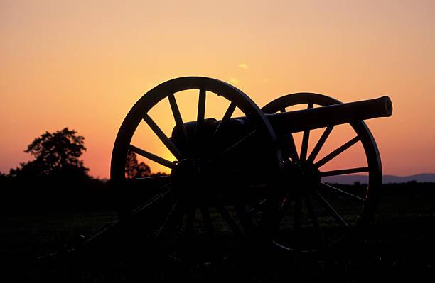 Civil War cannon Civil War cannon on Manassas (Bull Run) battlefield, near Manassas, Virginia war effort stock pictures, royalty-free photos & images