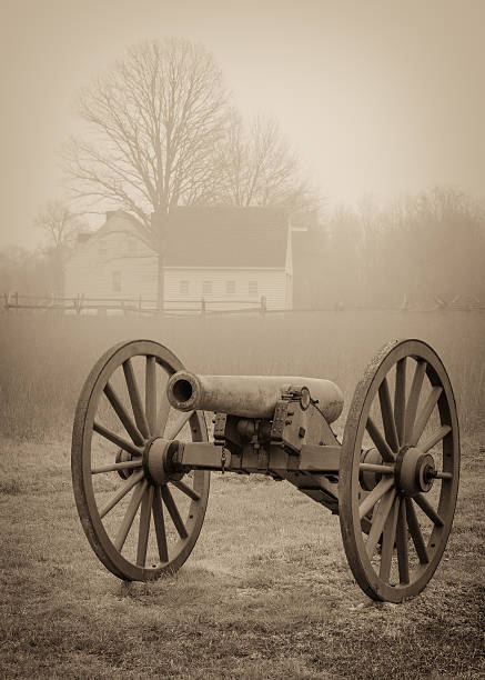 civil war cannon A civil war cannon with a farm house in the background at Cold Harbor american civil war stock pictures, royalty-free photos & images