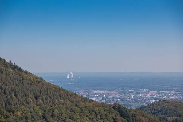 Zivilisation mit einer Stadt, Wäldern und einem Kernkraftwerk – Foto