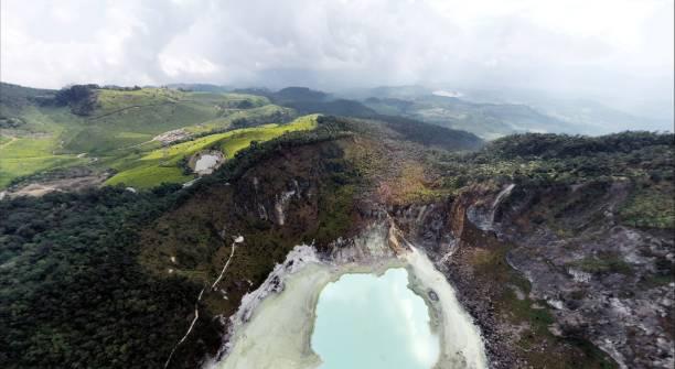 ciwidey white crater white crater vista del dron - kawah putih fotografías e imágenes de stock