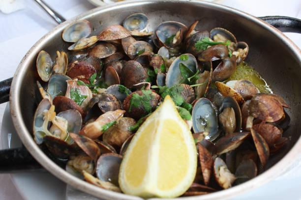clams à bulhão pato, traditional portuguese dish - ameijoas bulhão pato imagens e fotografias de stock