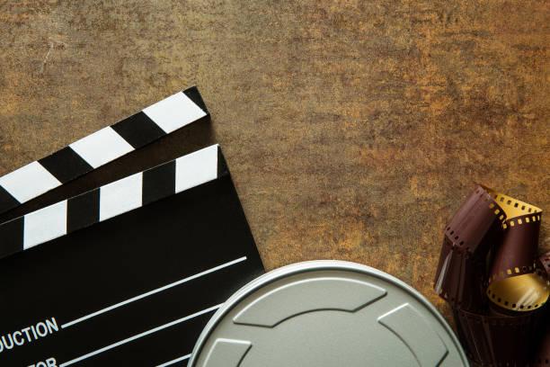klappe mit filmrolle auf rostigen hintergrund. ansicht von oben. - kult stock-fotos und bilder