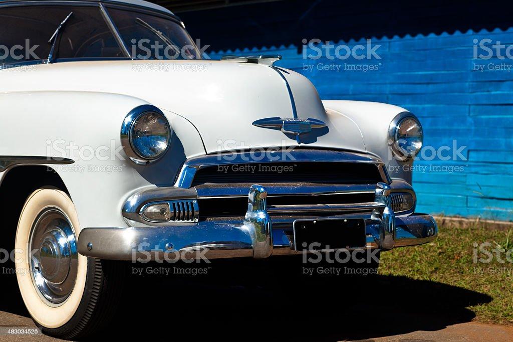Clássico dos anos 1950 branco Automobile Vista frontal foto royalty-free