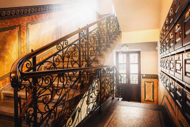 klassische und elegante Treppe im Flur mit Sonnenlicht Througn Fenster. Inneren des Gebäudes des Europäischen Stil in ihren Wohnsitz Haus – Foto