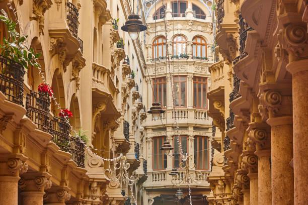 Klassische antike Gebäude Fassaden Durchgang in Albacete. Spanien – Foto