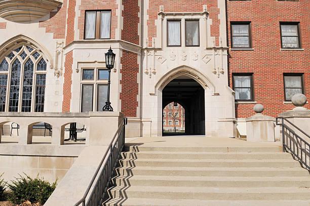 klassische architektur cary von uxmal purdue university student schlafzimmer-gebäude - purdue university stock-fotos und bilder