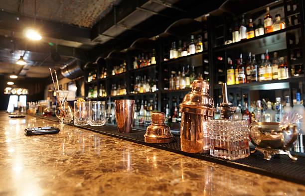 klassische bar - goldene bar stock-fotos und bilder