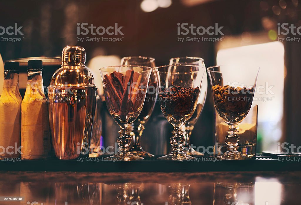 Classic bar counter with bottles in background foto