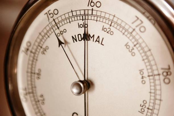 klassisk barometer detalj. luft trycket åtgärd instrument. väderinformation - barometer bildbanksfoton och bilder