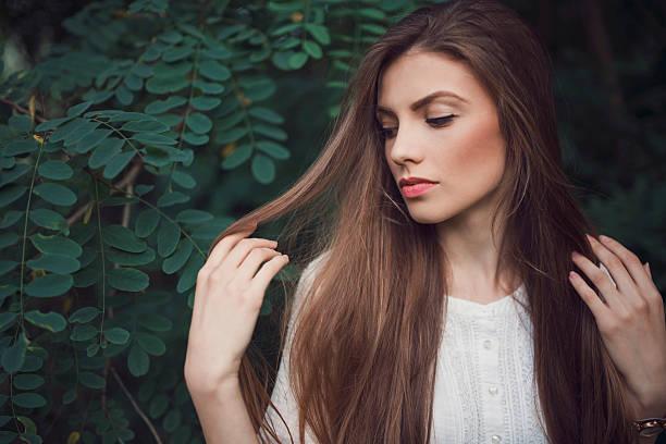 la beauté classique - cheveux lisses photos et images de collection