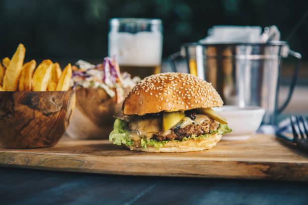 Klassischer Rindfleischburger mit Pommes frites und Coleslaw-Salat – Foto