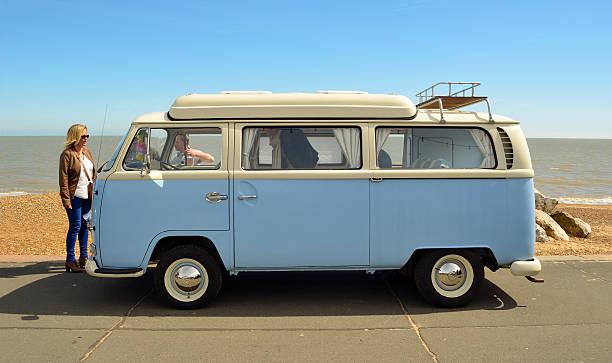 klassische blau und weiß volkswagen ausgelassene - kombi stock-fotos und bilder