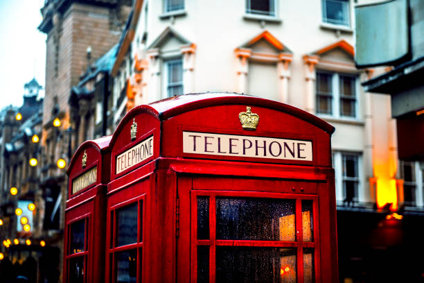 klassieke britse rood gekleurde betalen telefooncellen in londen, engeland, uk - britse cultuur stockfoto's en -beelden