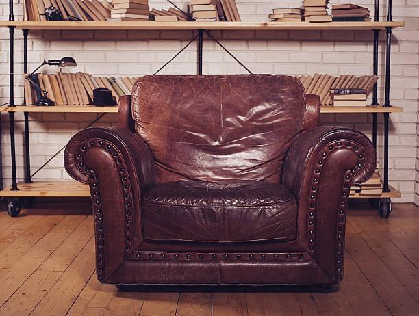 Klassische, braune Ledersessel in der Bibliothek – Foto
