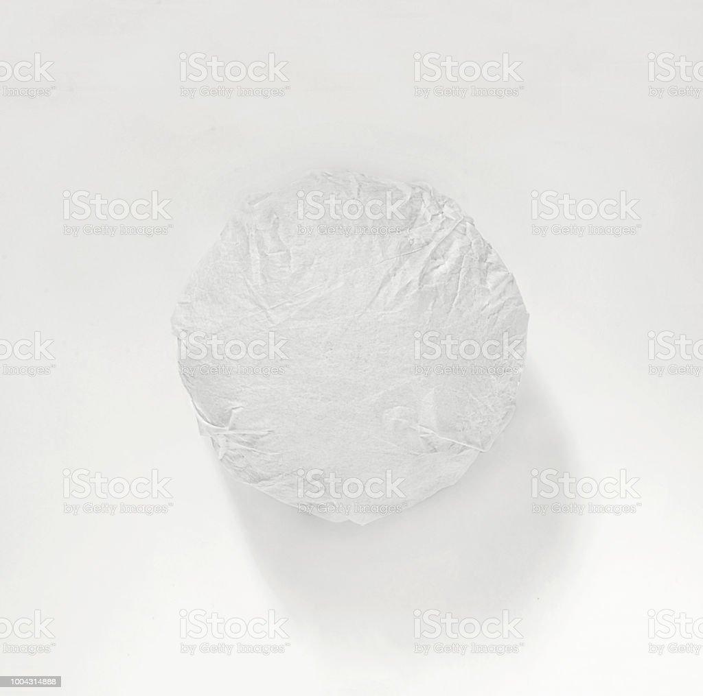 Burger classique emballé dans le papier d'emballage sur fond blanc. Vue de dessus. - Photo