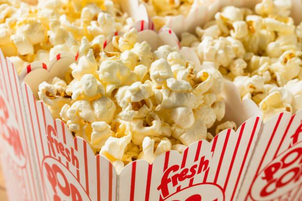 classic boterachtig bioscoop popcorn - popcorn stockfoto's en -beelden