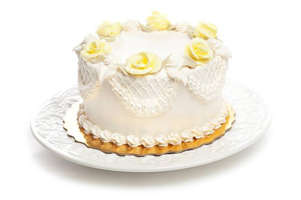 klassische weiße kuchen mit zuckerguss und gelb rose dekoration hz - rosentorte stock-fotos und bilder