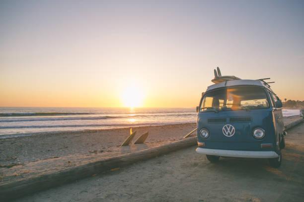 klassische california surf-kultur - tour bus stock-fotos und bilder