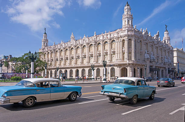 Classic cars and the National Theater of Cuba - foto de stock