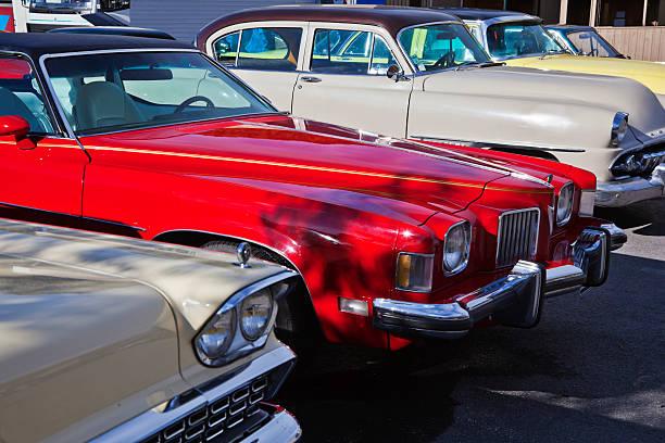klassische autos auf parkplätzen. - oldtimer veranstaltungen stock-fotos und bilder