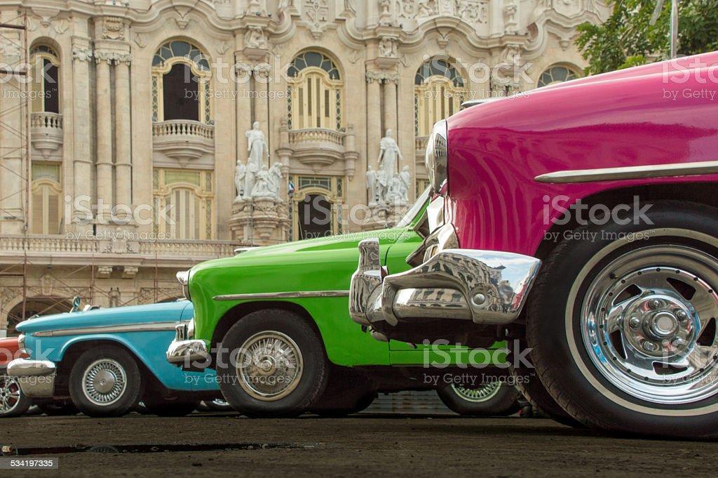 Les voitures classiques debout en face de l'ancien théâtre, la Havane - Photo