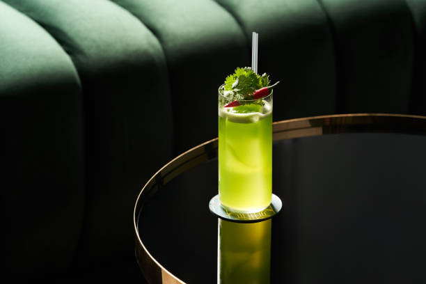 夜總會餐廳玻璃桌上的經典雞尾酒杯,特寫圖像檔